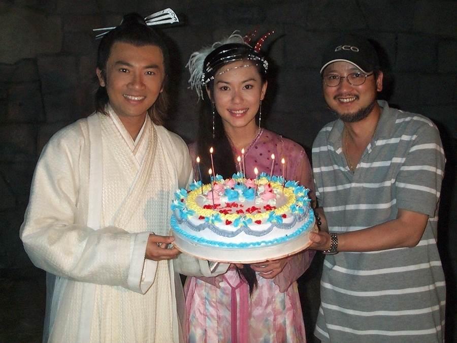 郭妃麗拍攝電視劇《倚天屠龍記》時,劇組幫她慶生,左為蘇有朋,右為導演賴水清。(圖/ 取自中時資料庫,賀靜賢攝)