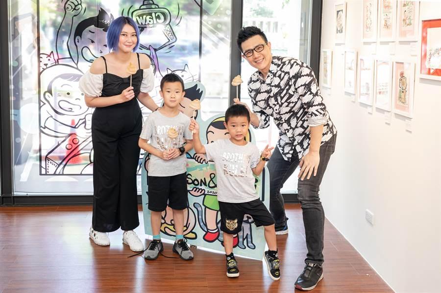蔣偉文(右)辦插畫展,老婆(左)帶著兩個兒子獻上「便便餐包」。(艾迪昇傳播提供)