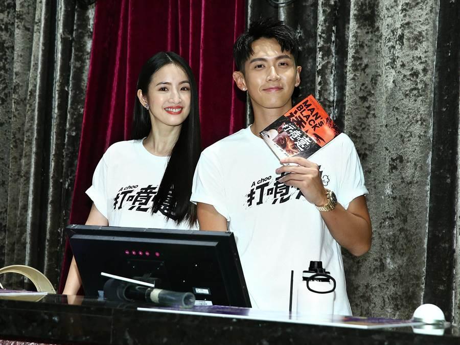 林依晨(左)與柯震東化身超強售票人員,邊賣票邊與影迷合照。(粘耿豪攝)