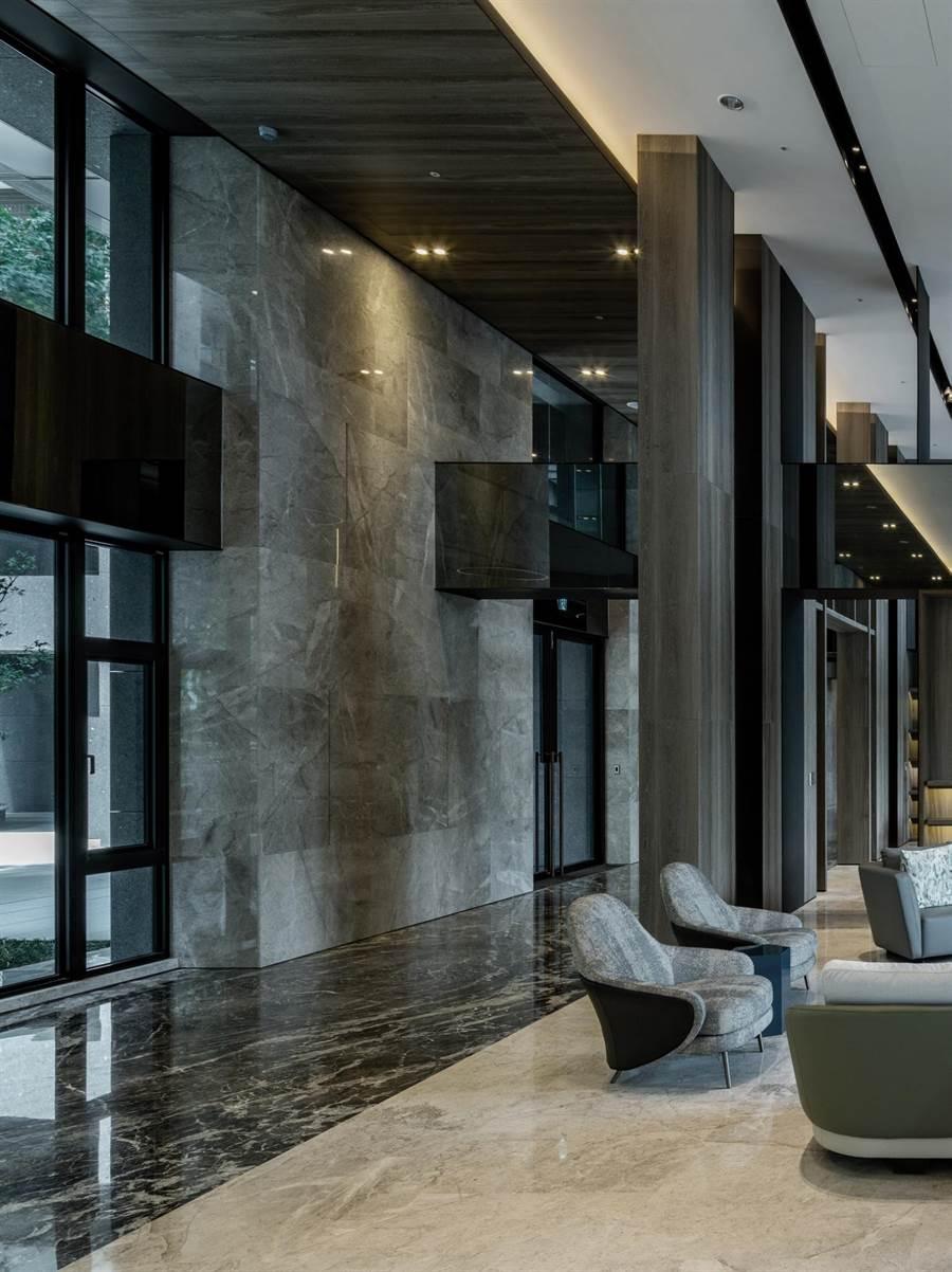 鼎宇建設「森風景」大廳相當氣派,建材及規劃受到市場青睞。(柯宗緯攝)