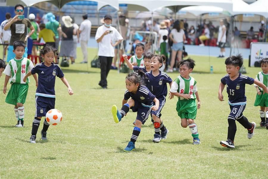 台北市幼兒足球錦標賽4日在台北田徑場舉行,小球員在場上奔馳模樣超可愛。(台北市體育局提供)