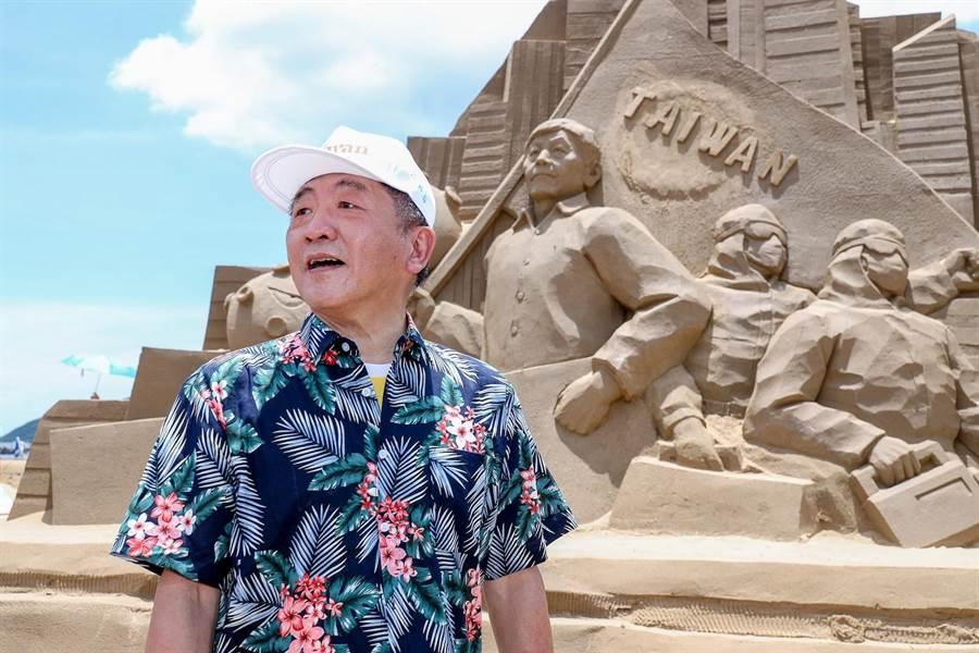 今年福隆沙雕藝術季有包含以衛福部部長陳時中模樣打造的防疫國家隊沙雕。(福容大飯店提供)