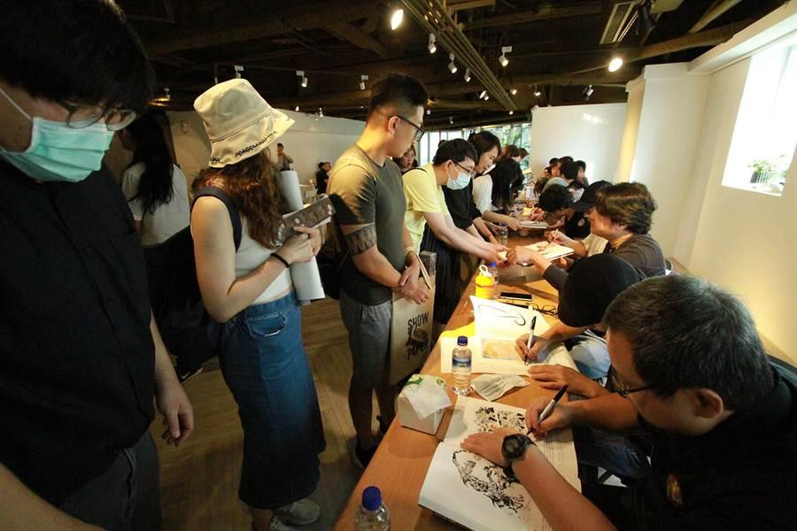 16位漫畫家出席限量海報、圖錄簽名見面會,受到熱烈歡迎。(世界宗教博物館提供)
