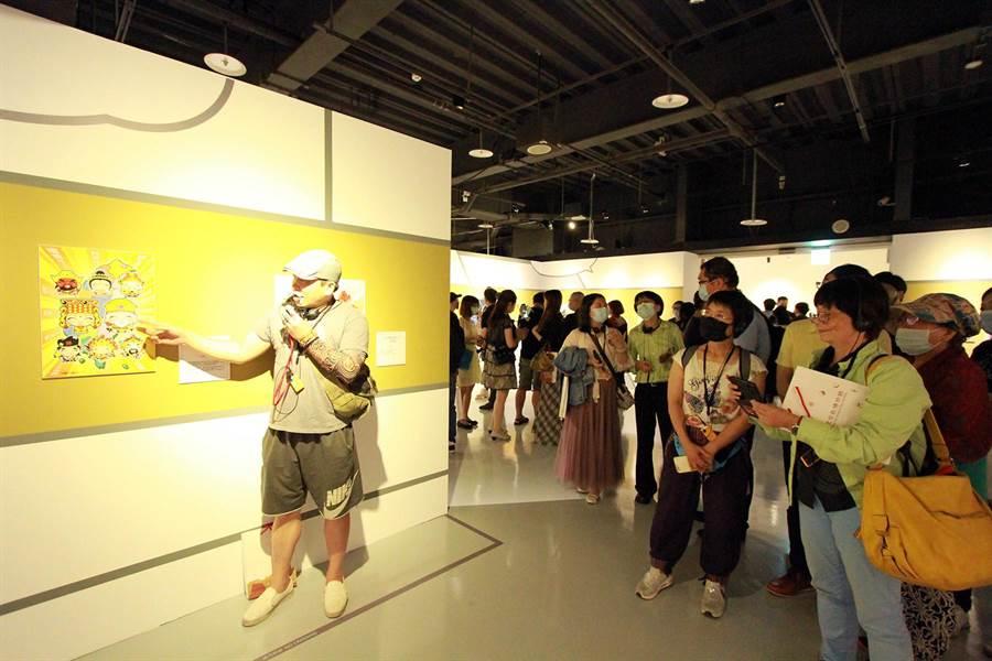 漫畫家出席「遇見神佛9號—祈福漫畫特展【古往今來篇】」開幕活動,並為參觀民眾導覽。(世界宗教博物館提供)