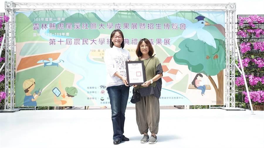 雲林縣農民大學結訓,共有100名菁英農民獲頒農業經理人證書。(張朝欣攝)