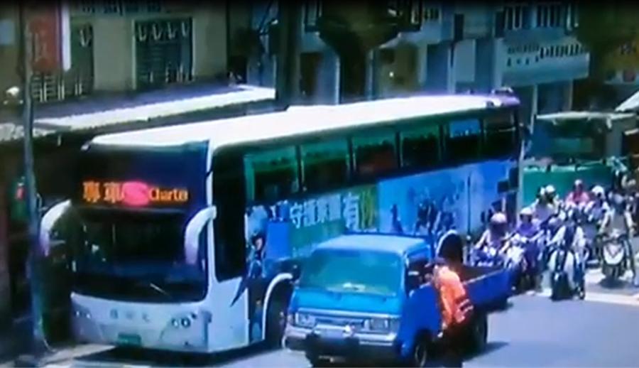 林口警破史上最安靜毒品趴,驚見10名瘖啞人無聲搖咧搖,國光客運熱心派專車協助運送嫌犯。(戴志揚翻攝)