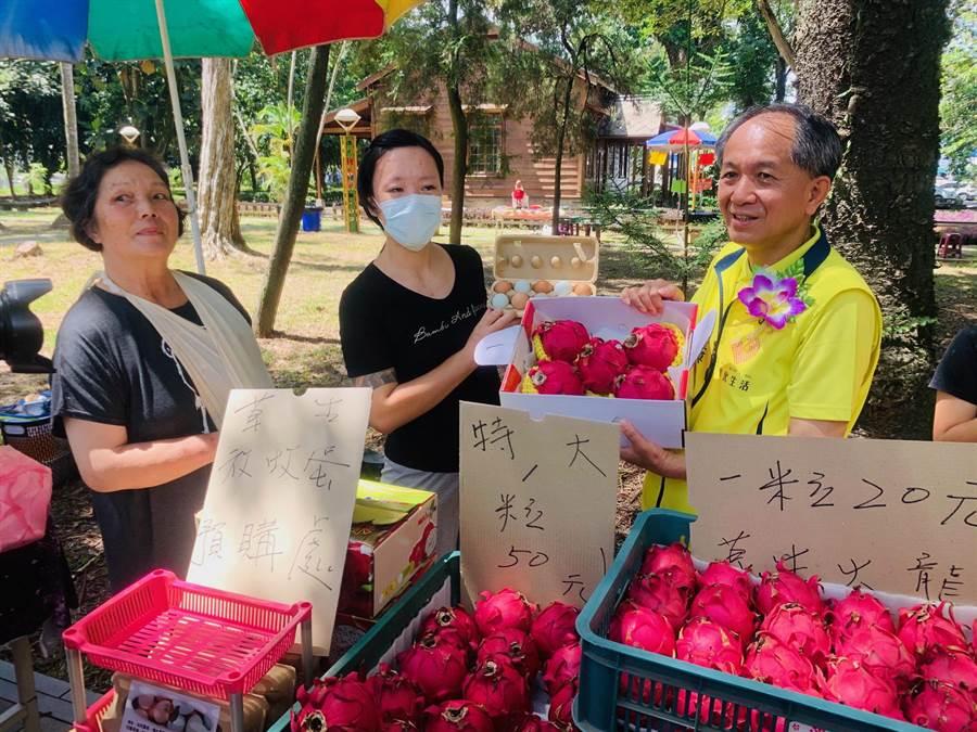 埔里鎮長廖志城(右),幫農民促銷。(廖志晃攝)