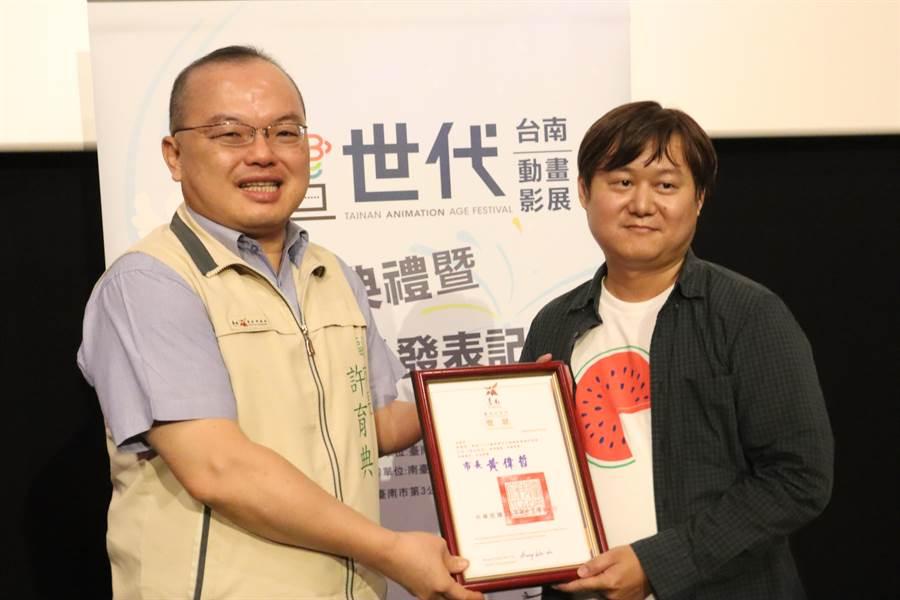 由台南市政府主辦的「台南畫世代動畫影展學生徵件」於今日(4)頒獎,頭獎由來自彰化的蔣富翔(右)作品《西瓜肚籽》獲得,並於台南市副市長許育典(左)親自頒發30萬元獎金。(李宜杰攝)