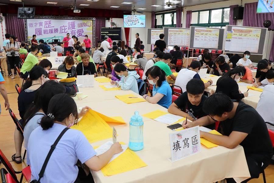 台南就業中心4日舉辦「履歷競賽」頒獎典禮暨徵才活動,吸引超過200人報名參加。(台南就業中心提供/李宜杰台南傳真)