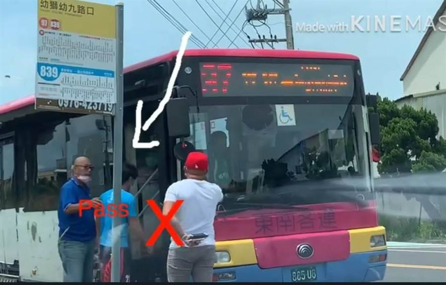 外籍移工要搭公車,竟遭駕駛嗅聞身體香水味道,過關才能上車。(翻攝網路www.youtube.com/watch?v=RToSy7Q2k54&feature=youtu.b)