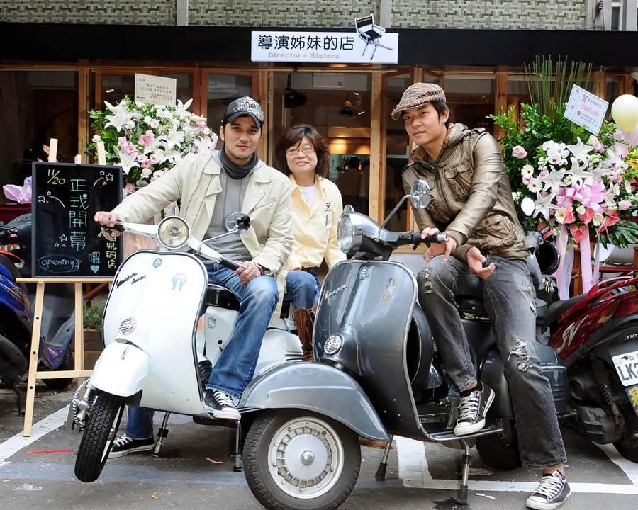 導演楊冠玉昔日開餐廳,演藝圈好友姚元浩與馬志翔不約而同騎乘同款復古車前來捧場。(本報系資料照)