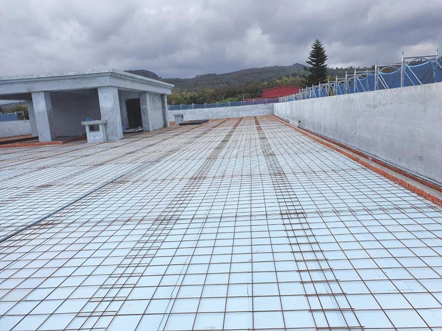 台東市營區-屋頂PS隔熱板鋪設,採用禹青生產的「擠出法泡沫聚苯乙烯XPS隔熱板」,由鳶揚國際總代理銷售。圖/鳶揚國際提供