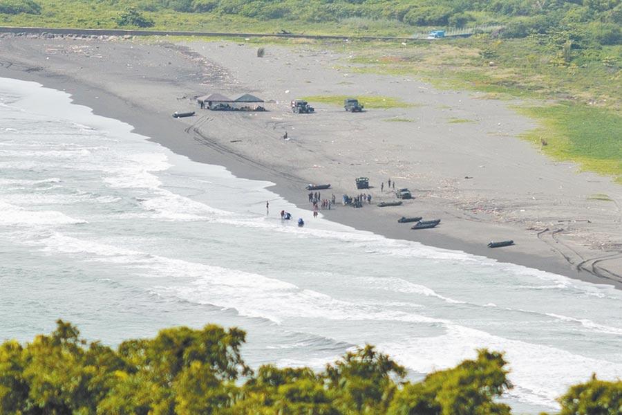 海軍陸戰隊99旅步二營在左營軍港旁的桃子園海域操舟訓練,CRRC戰鬥突擊艇不明原因翻覆,海軍下午仍在事發現場調查及善後。(袁庭堯攝)