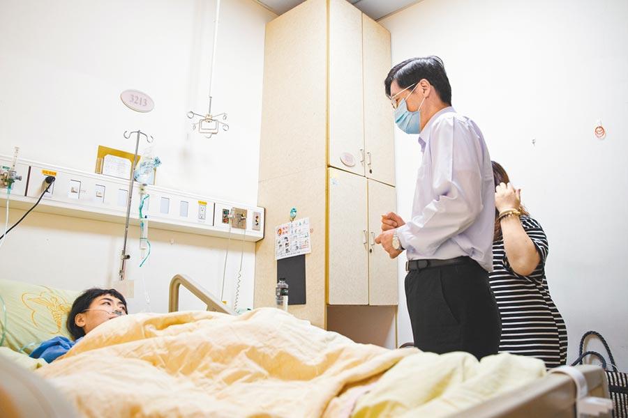 國防部長嚴德發3日下午前往醫院探視嗆水受傷的女兵。(軍聞社提供)