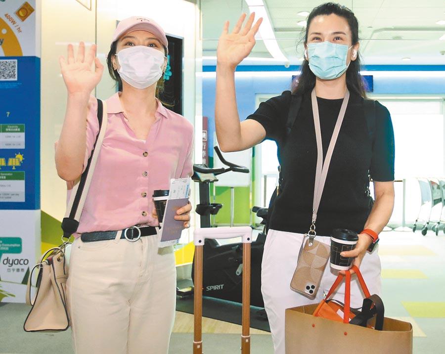 東南衛視駐台記者艾珂竹(右)及盧薔(左)被控違反相關規定,遭廢止記者證及入境許可,兩人3日登機離台前向媒體揮手道別。(范揚光攝)