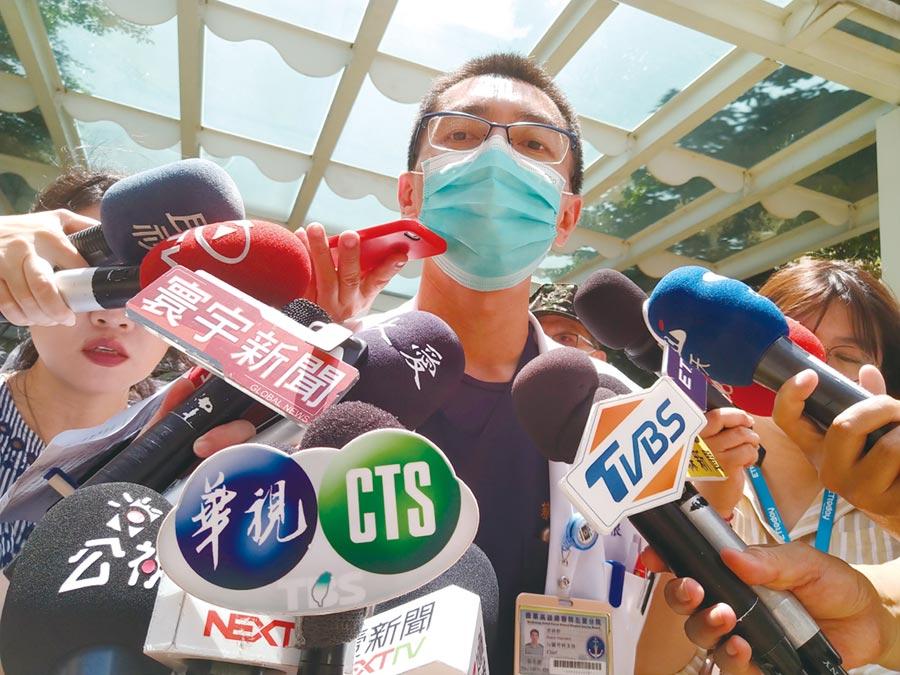 國軍高雄總醫院左營分院心臟外科主任蔡承根表示,急救的3人傷勢呈現肺浸潤情況嚴重,造成心肺功能不穩定。(林雅惠攝)