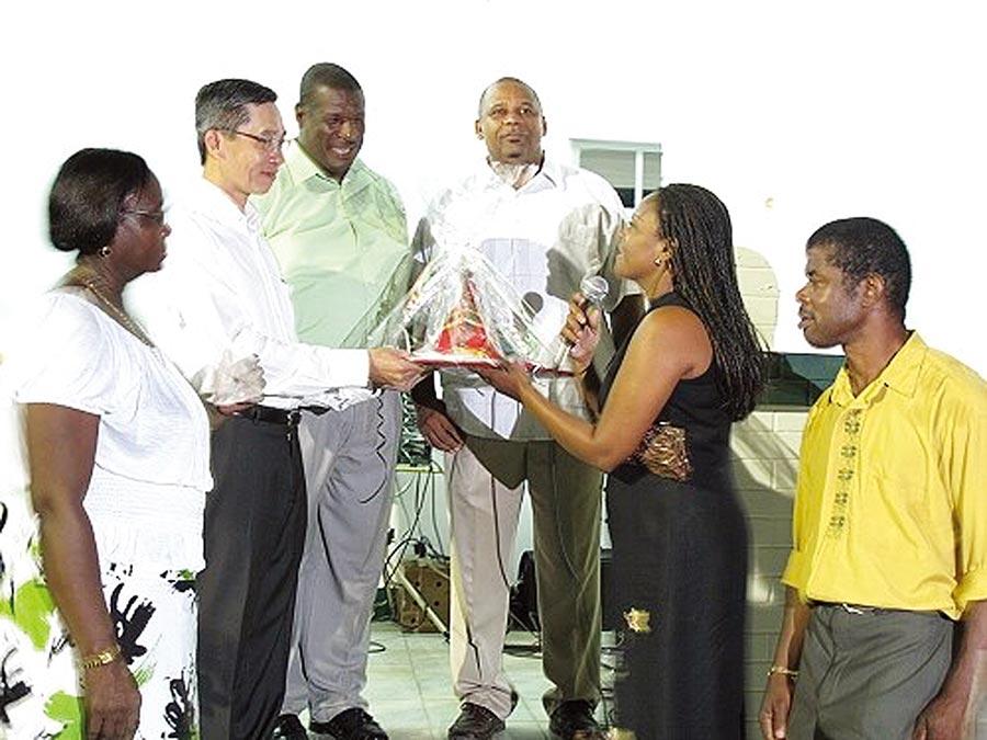 台灣將在非洲索馬利蘭開設辦事處,行政院核定首任代表將由駐沙國代表處參事羅震華(左二)接任。(摘自中華民國駐聖露西大使館網頁)