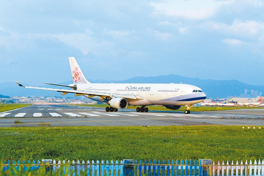 A330型客機電腦故障意外,讓人聯想到因電腦系統出狀況而全面停飛的波音737 MAX8客機。圖為2009年因故降落松山機場的A330客機。(本報資料照片)