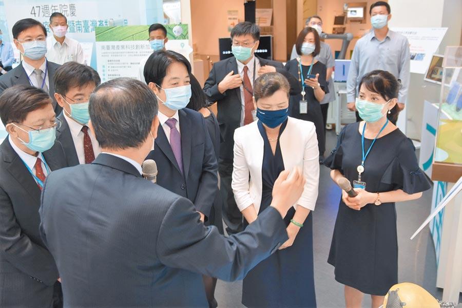 副總統賴清德(右三)、經濟部長王美花(右二)3日前往工研院參加院慶,並參訪工研院的研發與技術。(莊旻靜攝)