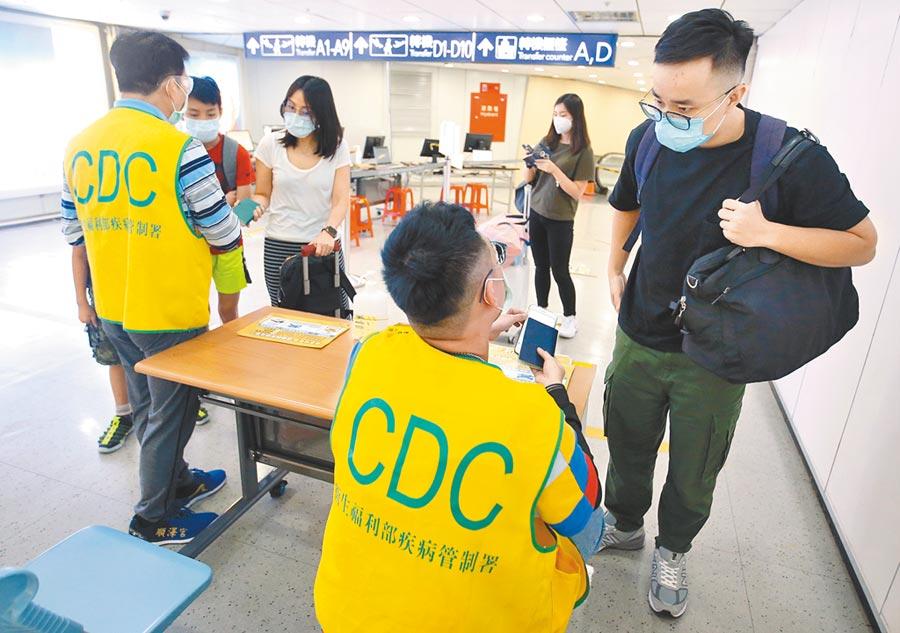 指考物理、化學、生物3科對「新冠肺炎」有共識。圖為桃園機場防疫現場。(范揚光攝)