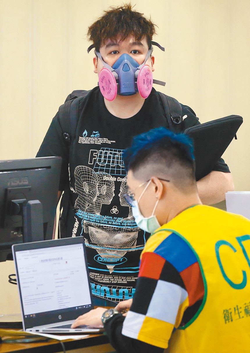 7月7日起,不論新、舊產線,所有國外的醫用口罩進入台灣時都需要抽查,合格才能通關。圖為旅客3日搭機抵達桃園機場,並在入境前查驗健康聲明書。(范揚光攝)