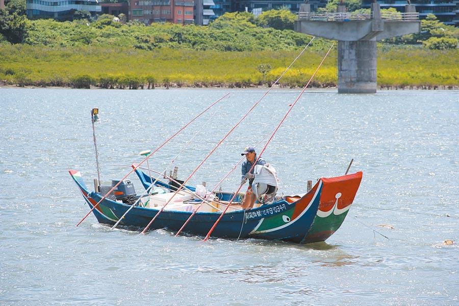 「淡水歡漁~滬尾搖搖」漁業體驗活動,民眾可搭乘淡水藍色航班體驗傳統漁法「耙文蛤」,還能品嘗在地美食,讓大小朋友歡樂一「夏」。(戴上容攝)