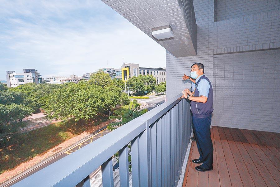 台中市副市長黃國榮3日看到南屯精科樂活好宅窗外開闊綠意,表示「我自己都非常心動」,歡迎民眾入住。(盧金足攝)