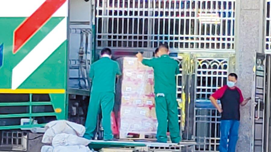 行政院振興三倍券的實體券,由台北監獄、桃園女子監獄及新竹監獄負責分裝,預計有1400萬份,每份可分得1元。(賴佑維攝)