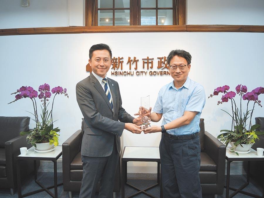 新竹市長林智堅(左)施政滿意度高,在台灣世界新聞傳播協會所做的民調中,經濟與教育在非六都奪得第一。(邱立雅攝)