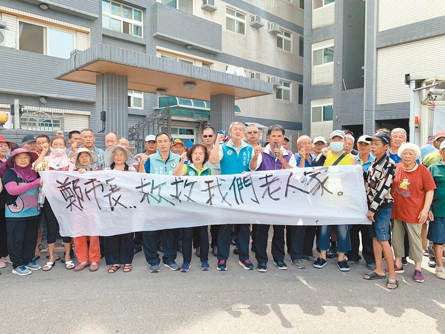 觀音區藍埔里民3日舉白布條抗議,不滿勞動部私設給外籍移工的檢疫旅館。(姜霏攝)