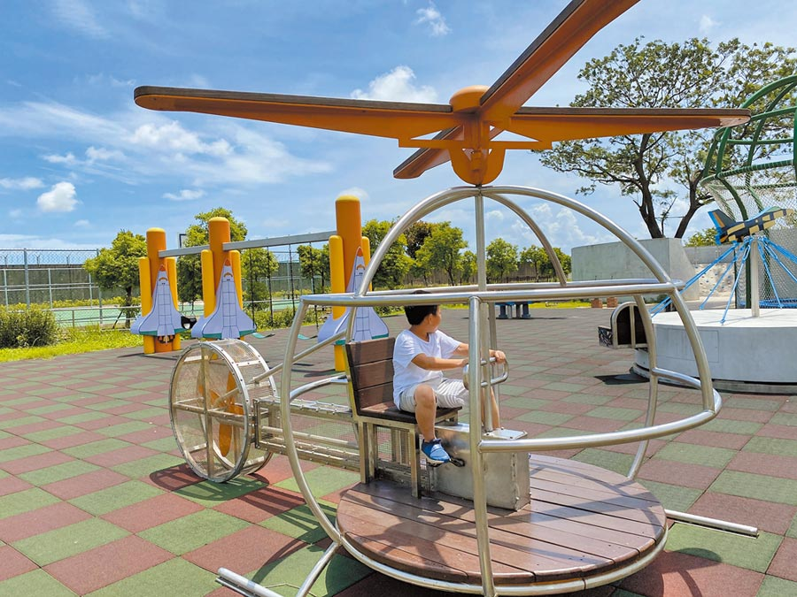 台南目前完成5座特色公園,但家長對於現有的特色公園普遍評價不高,圖為以飛機為主題的大恩特色公園,也挨批只是放了飛機造型遊具,不代表就有特色。(曹婷婷攝)