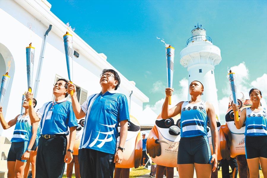 屏東縣長潘孟安(左三)與體育署副署長王水文(左二)3日在鵝鑾鼻燈塔點燃聖火,取燈塔「光之源」作為母火。  (謝佳潾攝)