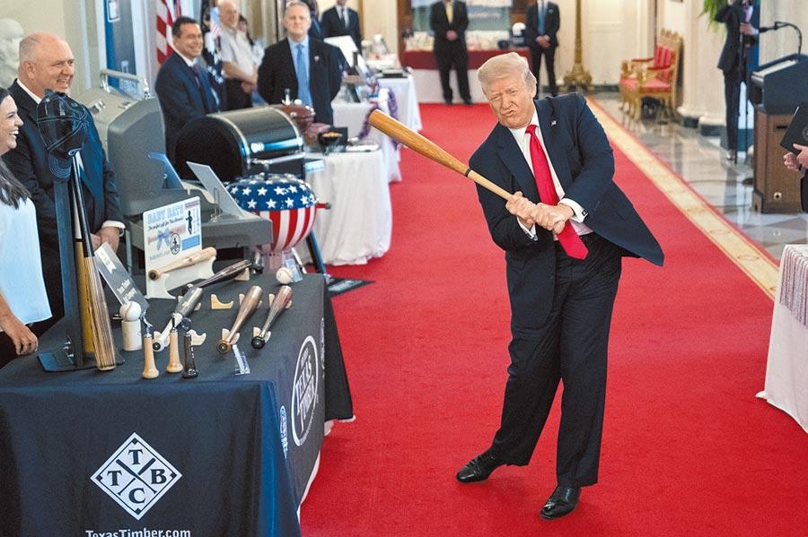 疫情肆虐美國,川普因防疫不力飽受批評。圖為美國總統川普2日在白宮一場為小型企業舉辦的活動開始前,揮舞一支棒球球棒。(美聯社)