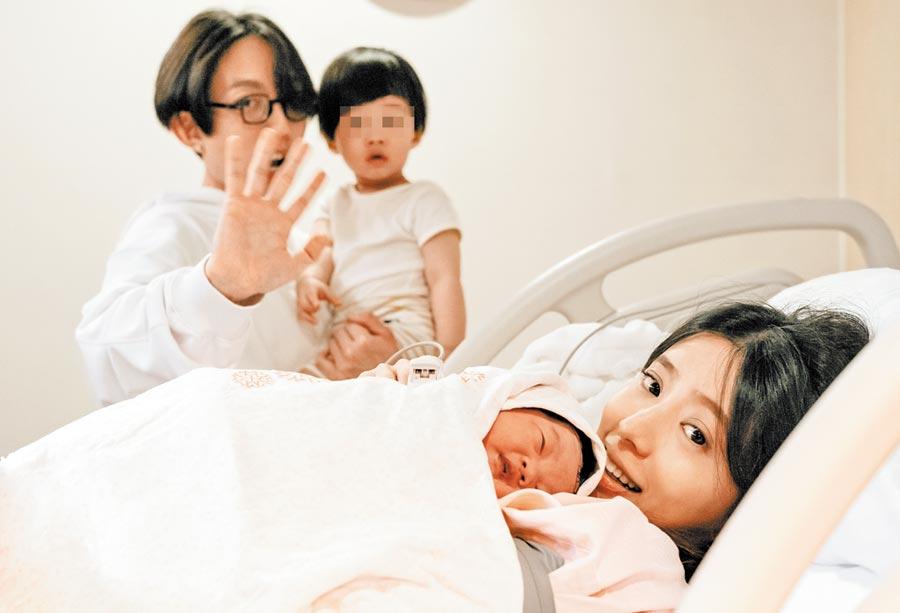 林宥嘉(後)和老婆丁文琪育有一兒一女,一家四口很幸福。(華研國際提供)