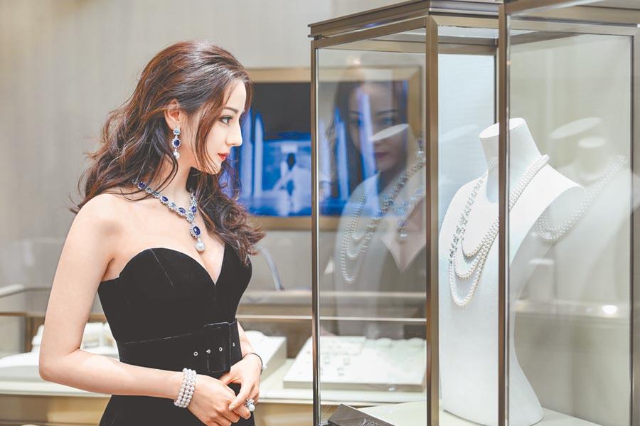 迪麗熱巴出席MIKIMOTO在上海舉辦「The Eyes and Hands回溯技藝之美」珠寶展 。(MIKIMOTO提供)
