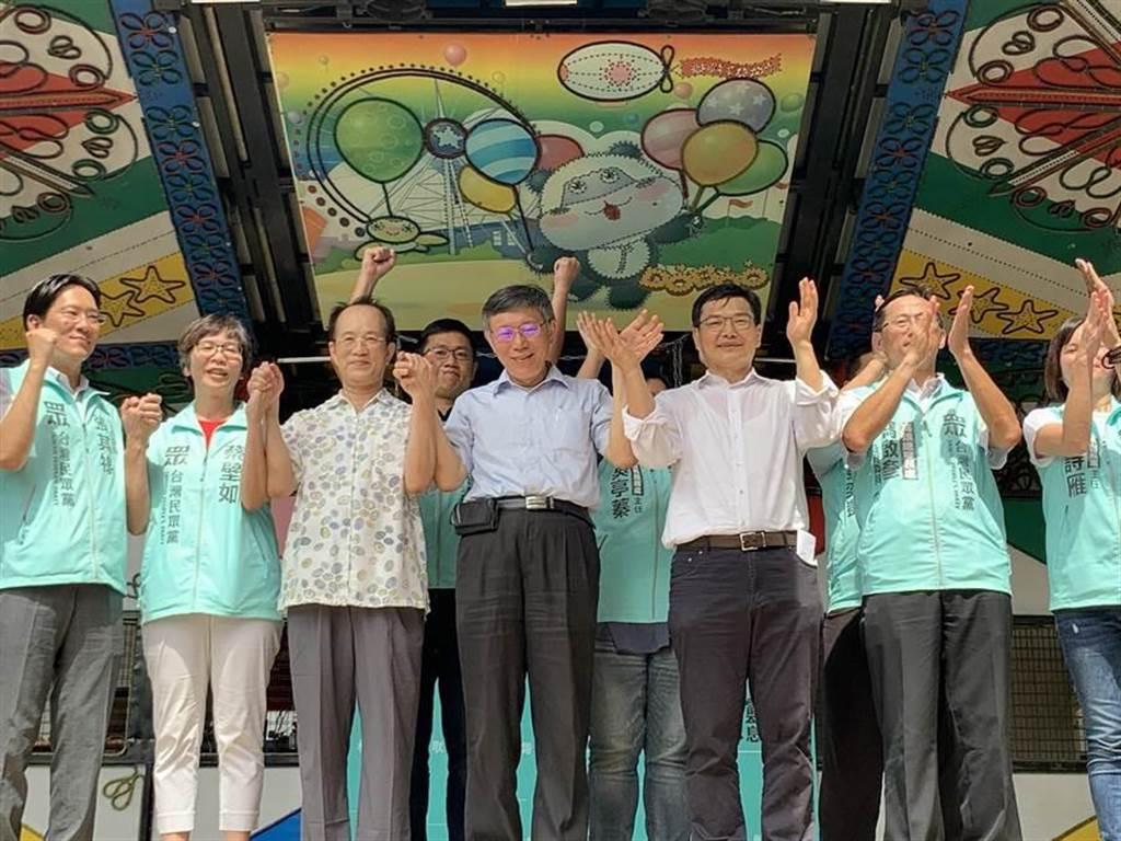 民眾黨主席柯文哲(中)4日為高雄市長補選參選人吳益政(右三)站台。(資料照,柯宗緯攝)