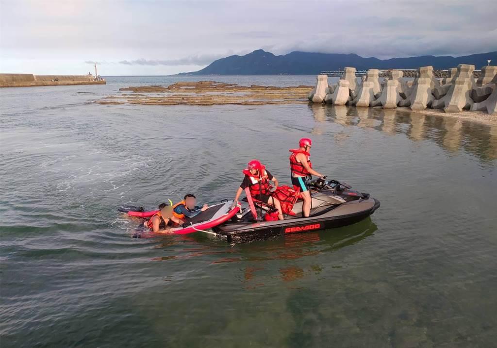 新北2名浮潛男子漂流受困貢寮外海礁岩,海巡出動水上摩托車救回。(岸巡提供/許家寧新北傳真)