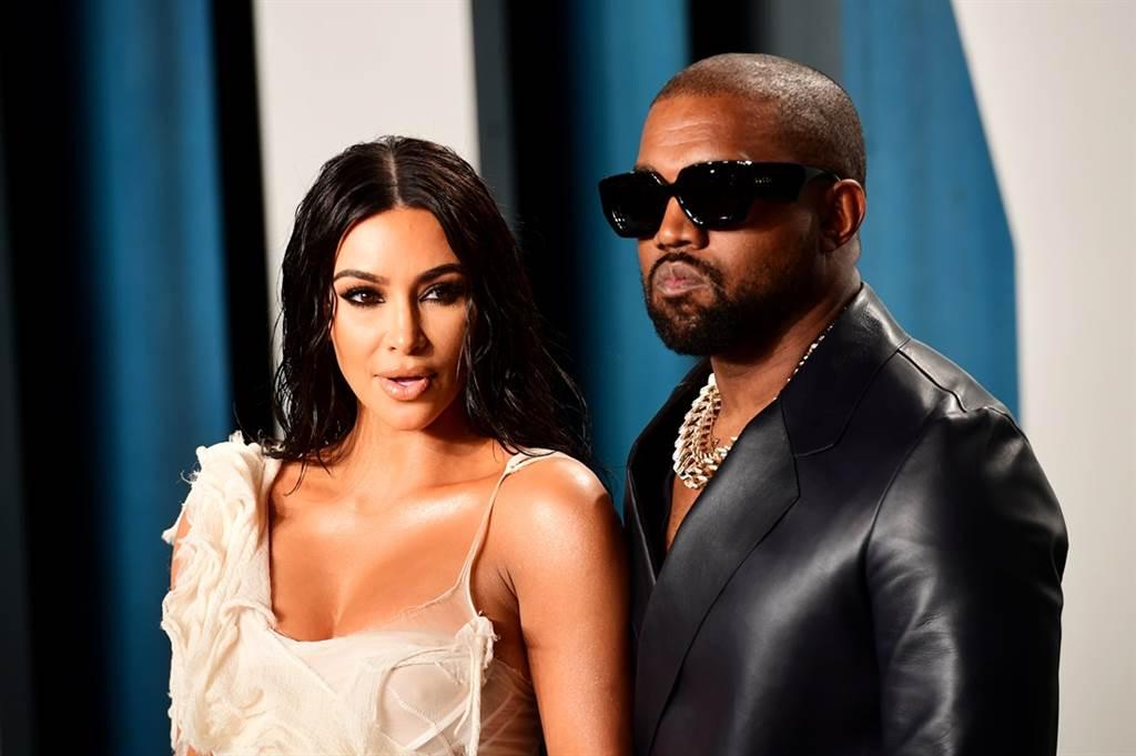 美國女星「豐臀金」金卡戴珊的丈夫、美國饒舌歌手肯伊威斯特(Kanye West)4日宣布角逐2020美國總統大選,不過身為非裔美國人的他爭議言論一籮筐,曾公開指出美國400年的奴隸制是種「選擇」,引發眾怒,更被痛批是「叛徒」。(資料照/TPG、達志影像)