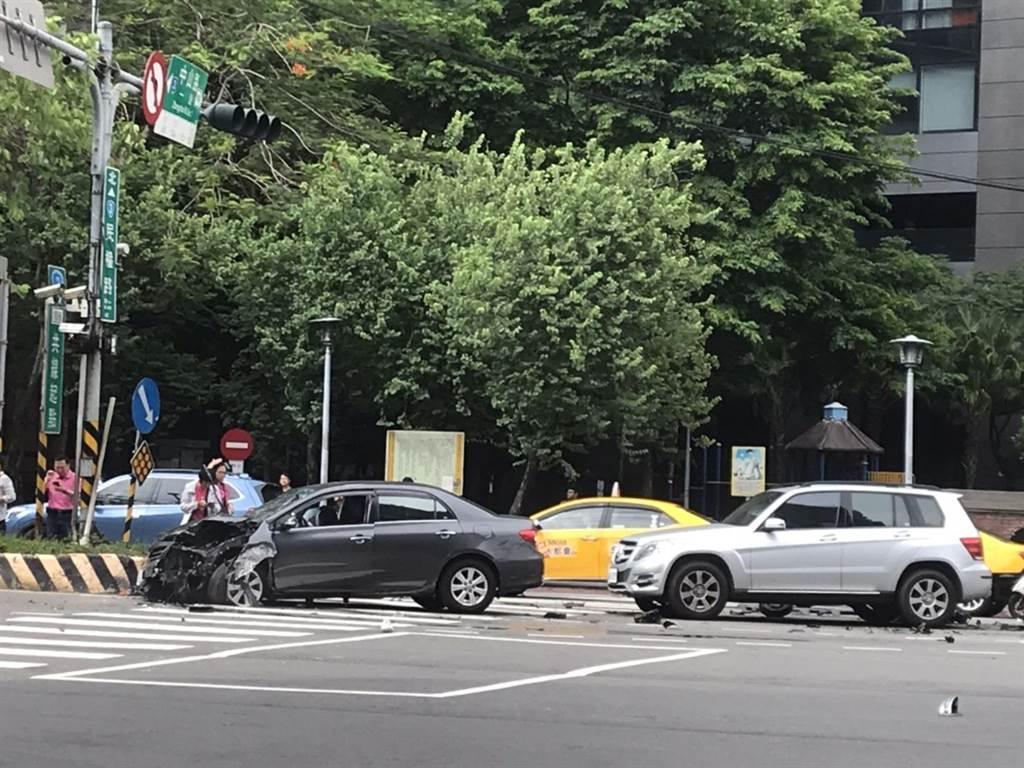 新北市板橋區民權路、中山路口今(5日)下午3時許驚傳車禍,一輛機車遭另一輛汽車追撞。(葉書宏攝)