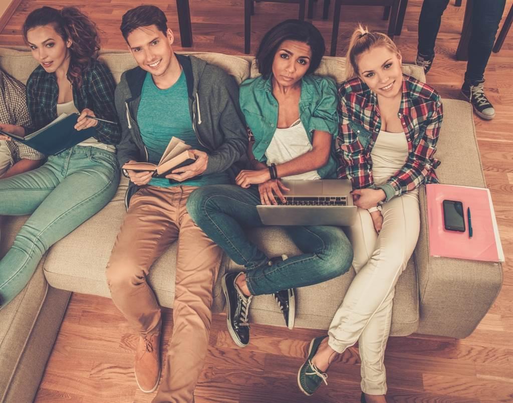 大學生住分租公寓很開心?如果室友都帶女友回來「壞壞」,只有你沒有,恐怕就有點悲情了。(示意圖,達志影像/shutterstock提供)