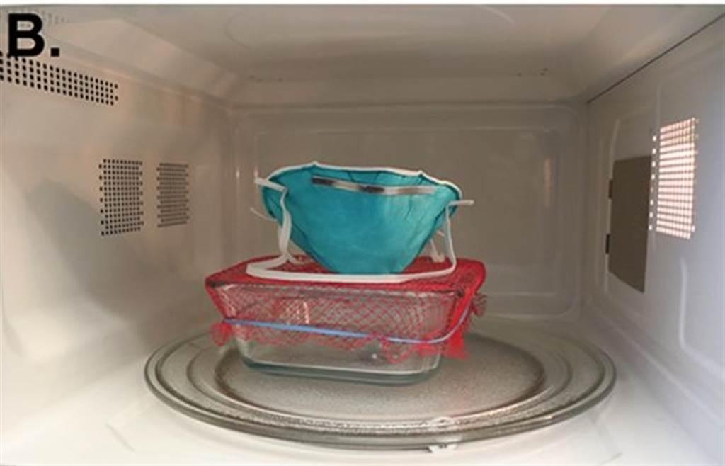 哈佛醫學院、麻州總醫院研究團隊,發明微波蒸口罩的消毒方式。玻璃皿裡放水,然後以尼龍網覆著皿口,口罩再放尼龍網上即可。(圖/American society for microbiology)