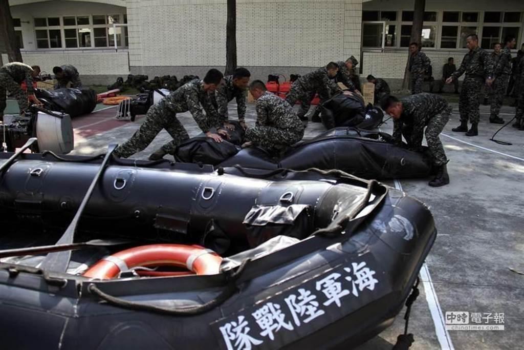 海軍坦承,陸戰隊膠舟翻覆時有影像,海軍強調絕無碰撞已交檢方調查。(海軍陸戰隊提供。)