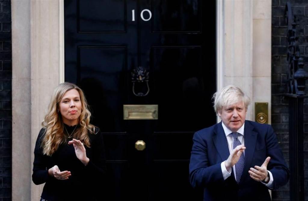 英國首相強森(右1)(路透)