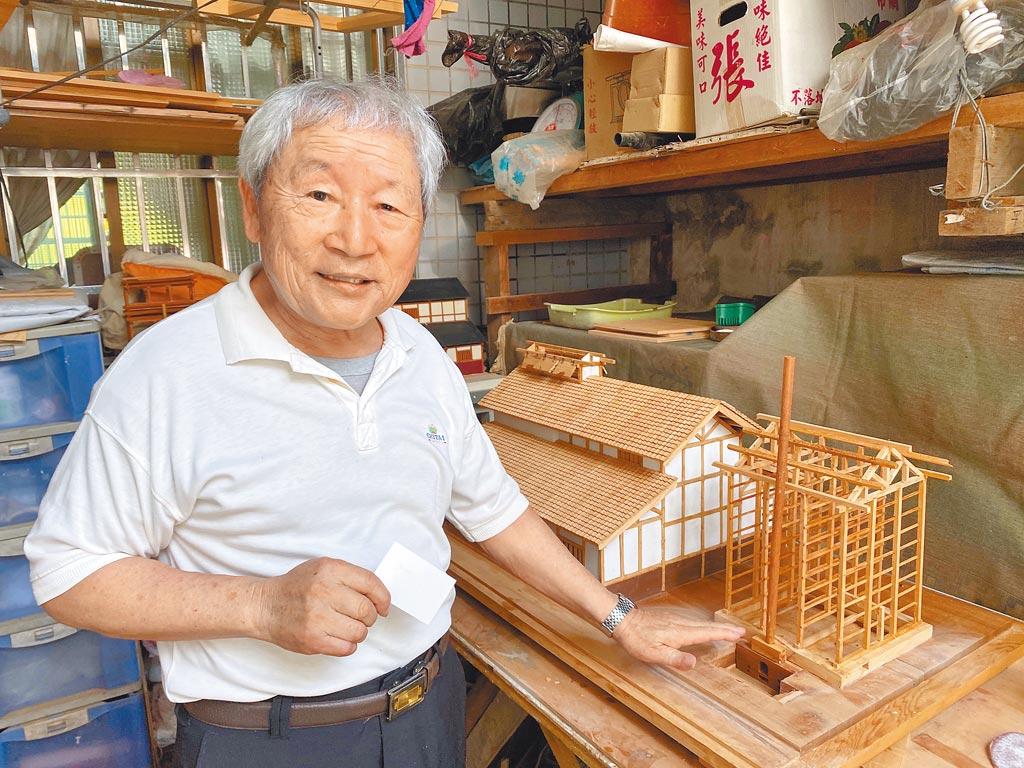 陳振龍因大阪式菸樓開啟製作檜木模型之路,從林鐵沿線舊車站、由北到南的木造老車站,都在他的巧手下重現。(張亦惠攝)