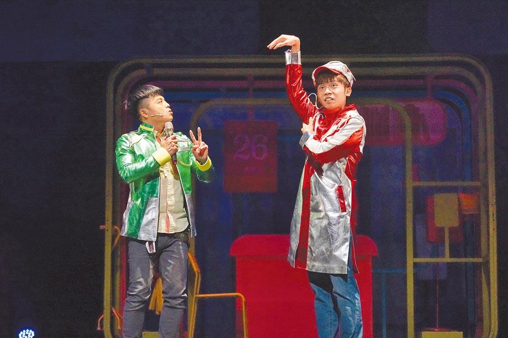 舞台劇《變聲偵探》由2名演員演出,黃豪平(右)笑虧劇名應該成《瘦身偵探》。(故事工廠提供)