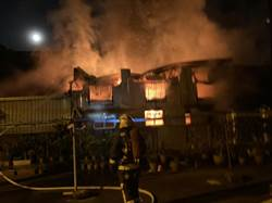 中市2棟鐵皮屋凌晨燃燒 幸無人傷