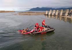 現場直擊 2男浮潛腳軟游不回 趴礁石求救海巡