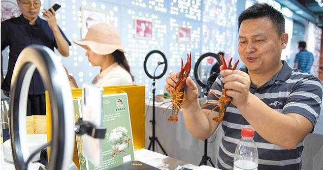 直播賣小龍蝦另闢商機。(圖╱新華社)