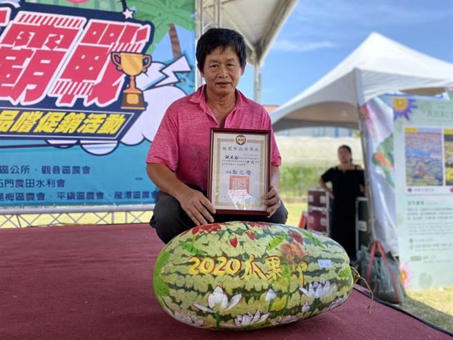 西瓜王爭霸戰為桃園蓮花季揭開序幕,瓜農歐道協栽種72台斤的大西瓜,勇奪今年超級西瓜王頭銜。(蔡依珍攝)