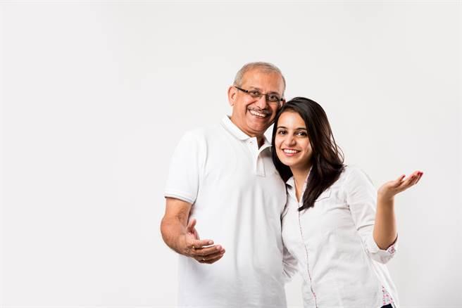 1名印度少女剛成婚沒多久,老公就病魔纏身去世,過沒幾個月後,少女竟就和過世老公的爸爸再婚。(示意圖/達志影像/Shutterstock提供)